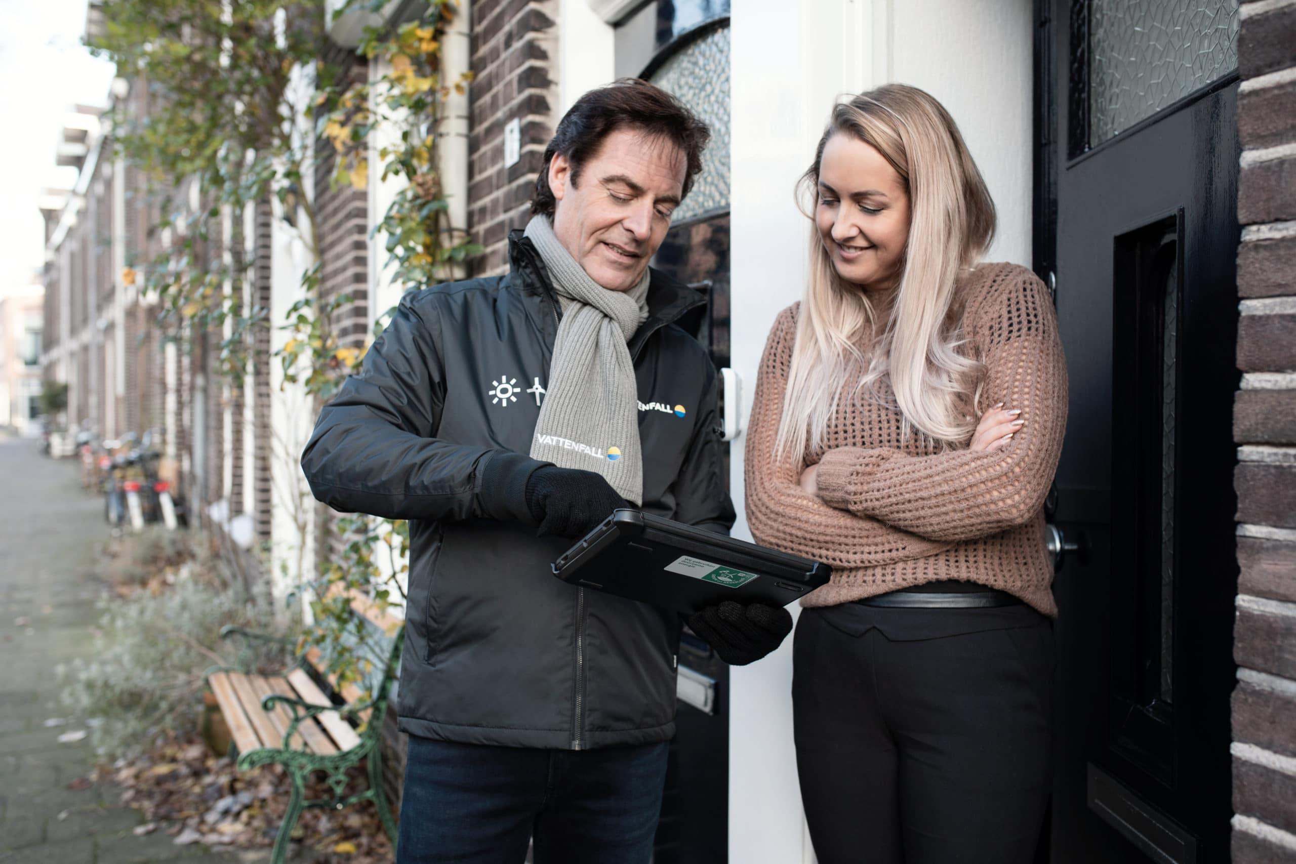 Bedrijfskleding casual Vattenfall verkoper met winterjas en handschoenen